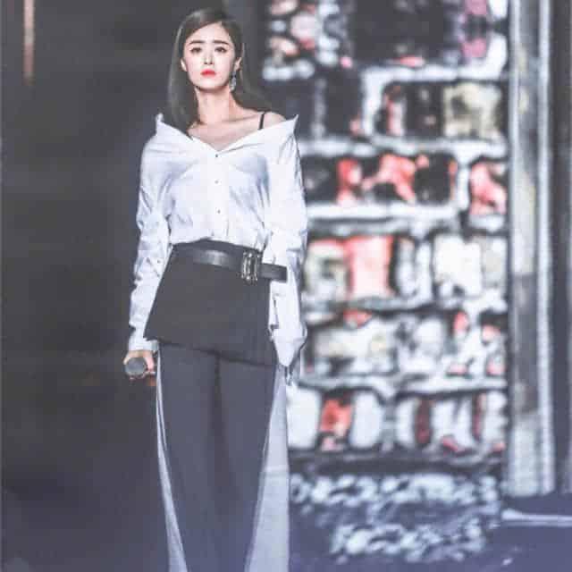 蒋欣身穿紫色西服帅气不失妩媚,果然瘦了的她时尚感立马就出来了