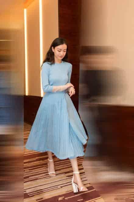 倪妮穿一袭蓝裙优雅现身,似少女仙气飘飘,网友:女神太会穿了