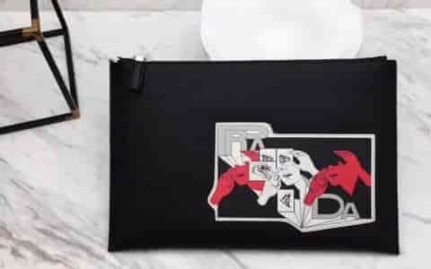 PRADA/普拉达 18新款 漫画印花贴花Saffiano皮革手拿包 2NG001