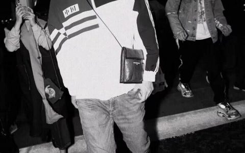 Balenciaga/巴黎世家 18ss 黑色白印字 斜背包腰包香烟包