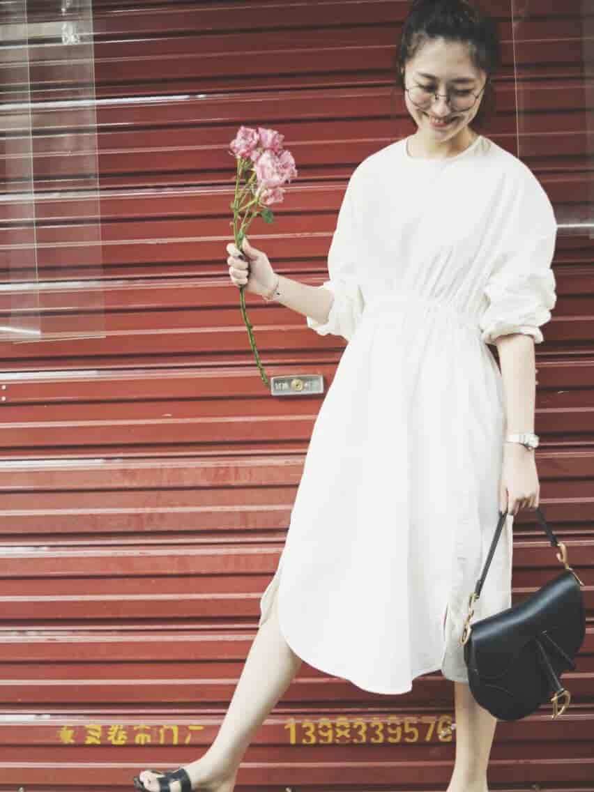 背了几天的Dior saddle来跟大家分享,今年大热的马鞍包