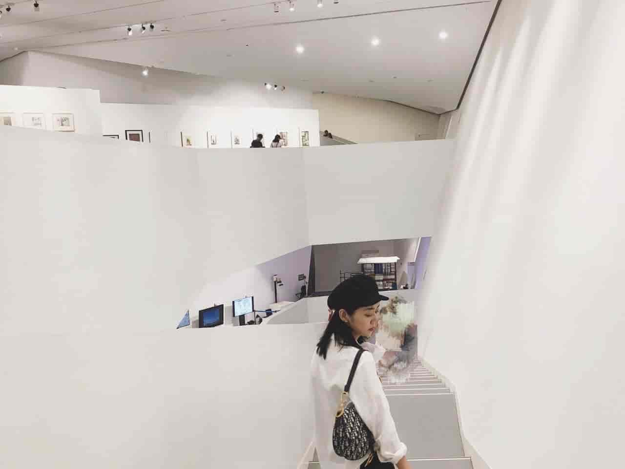 怎样穿搭在艺术博物馆里拍照更好看