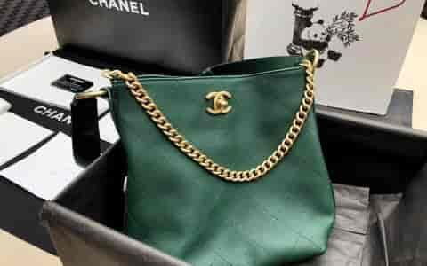 香奈儿/Chanel 18秋冬新款复古徽章墨绿色水桶型嬉皮包