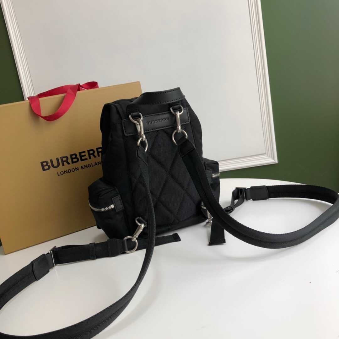 Burberry/巴宝莉 The Rucksack小号羽绒尼龙斜背式军旅背包 80067161