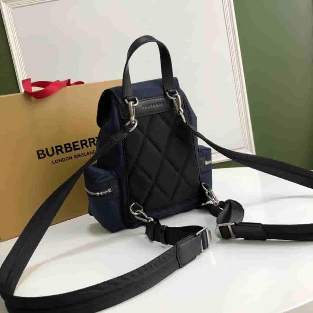 Burberry/巴宝莉 The Rucksack小号羽绒尼龙斜背式军旅背包 80067191