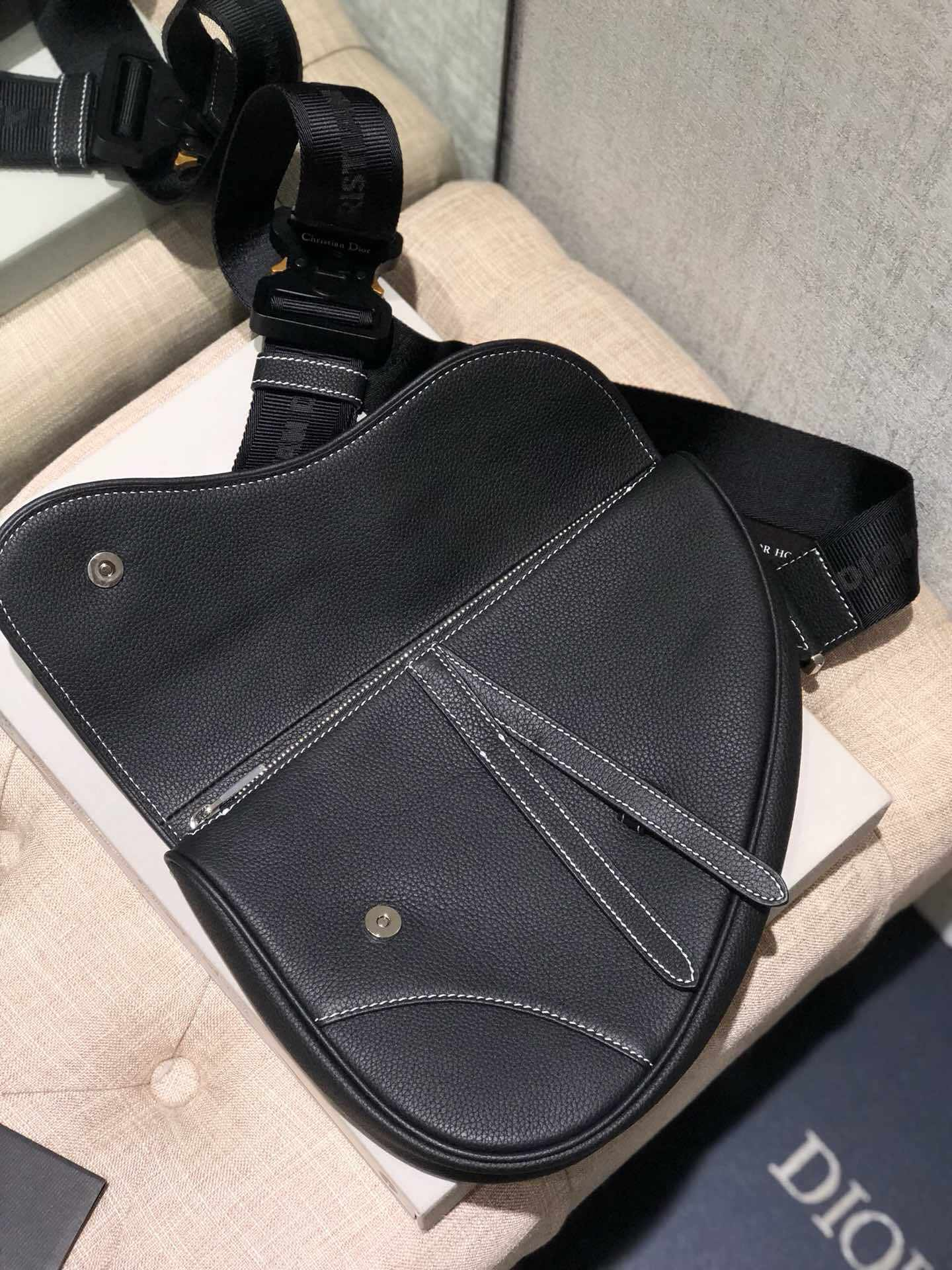 Dior/迪奥 Kaws合作款Homme Saddle Bag蜜蜂图案胸包