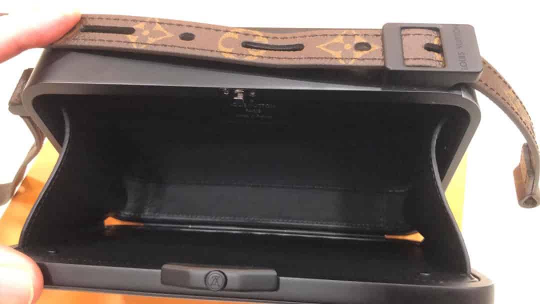 LV 女装秀款 复古卡带造型小盒子包